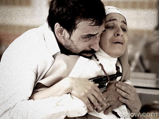 Oswaldo faz freira refém para se proteger da polícia (Foto: Fabio Rocha / TV Globo)