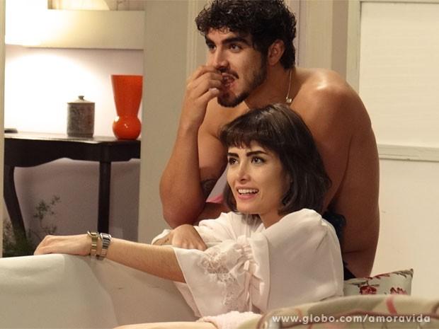 Michel e Patrícia curtem a privacidade pela primeira vez após vídeo vazado na web (Foto: Amor à Vida/ TV Globo)