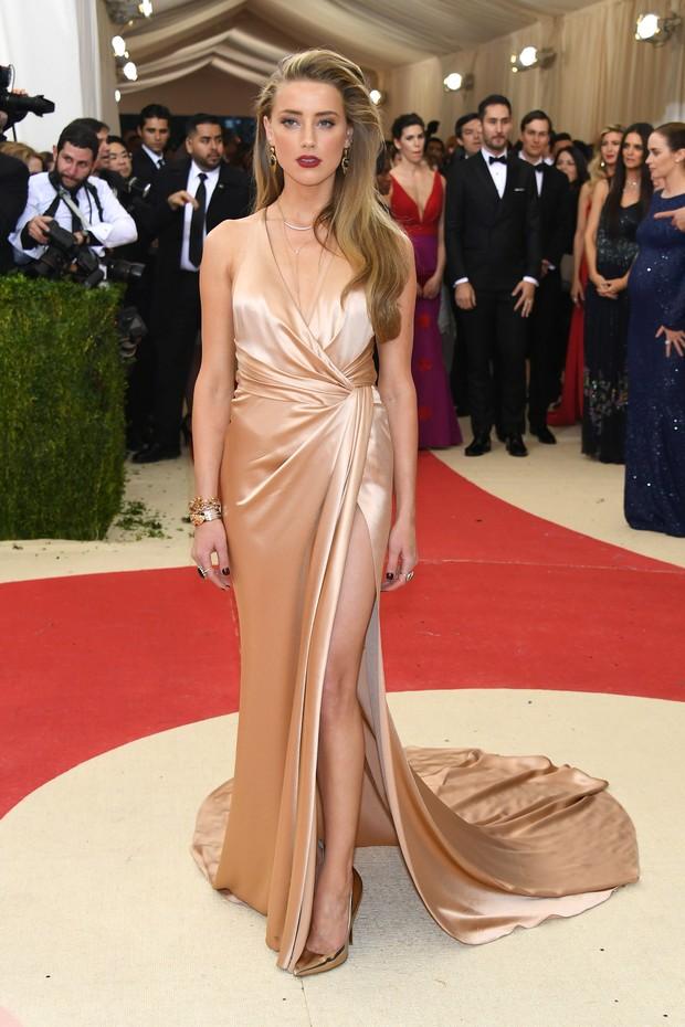 Amber Heard no baile de gala do MET, em Nova York (Foto: AFP)