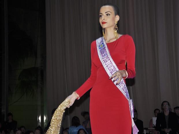 Miss Mato Grosso Jéssica Ferreira Rodrigues mudou radicalmente o visual e raspou a cabeça. (Foto: Claryssa Amorim/G1)
