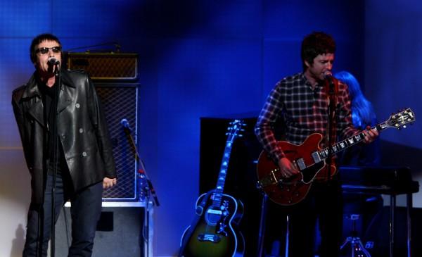 Noel e Liam Gallagher em uma apresentação do Oasis (Foto: Getty Images)