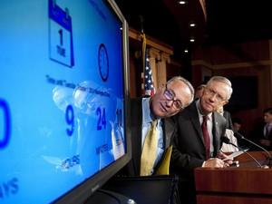 Os senadores Harry Reid e Chuck Schumer falam em coletiva de imprensa em Washington nesta segunda (30) (Foto: Jim Watson/AFP)