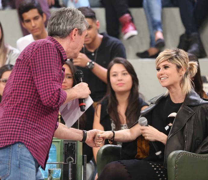 Serginho recebe Julianne Trevisol no Altas Horas (Foto: Carol Caminha/Gshow)