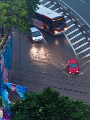 Trânsito leve, apesar da chuva forte na região da Avenida Paulista. (Foto: Claudio Manculi/Frame/Estadão Conteúdo)