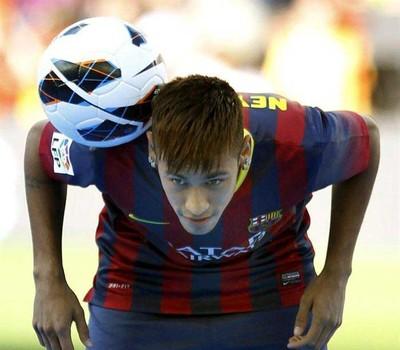 Neymar  durante sua apresentação como jogador do Barcelona (Foto  Agência  ... 72e74c9ce98e9