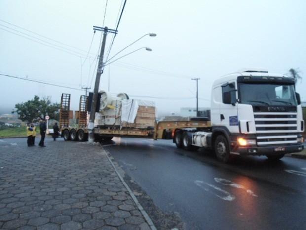 Carreta atingiu o poste depois que motorista tentou fazer uma curva (Foto: Guarda Civil Municipal de Botucatu/Divulgação)