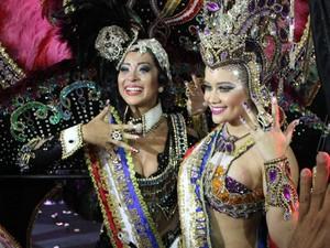 Dayane Dourado foi coroada Rainha das Rainhas por Ingrid Paola, vencedora do concurso em 2014. (Foto: Alexandre Yuri/G1)