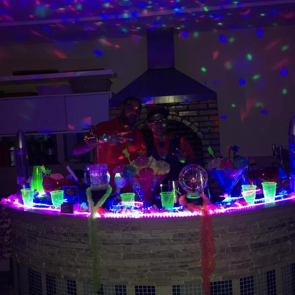 BLOG: Há uma semana no Brasil, Adriano posta fotos em festa animada