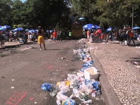 lixo no bloco a rocha gávea (Foto: Matheus Rodrigues/ G1)