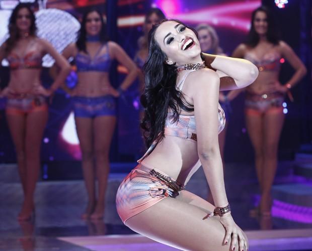 Beatriz Larrat mostra seu belo sorriso no palco do Domingão! (Foto: Inácio Moraes / Gshow)