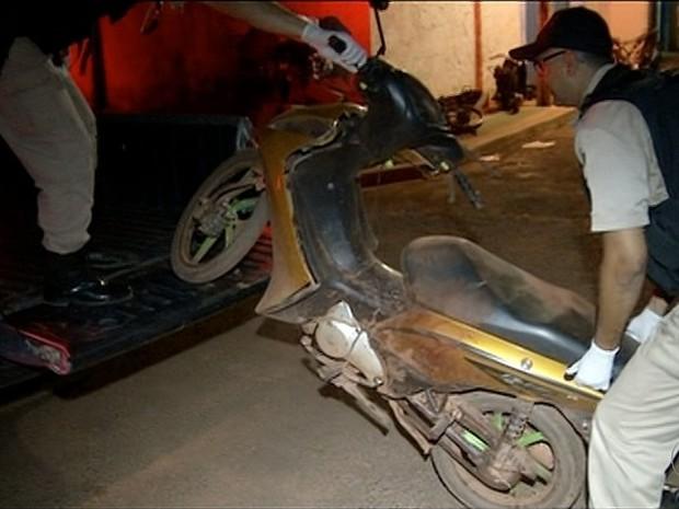 Jovens estavam em uma mesma motocicleta  (Foto: Reprodução/TV Anhanguera)