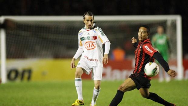 Cicinho Palmeiras e Edigar Junio do Atlético-PR (Foto: Giulianos Gomes / Ag. Estado)