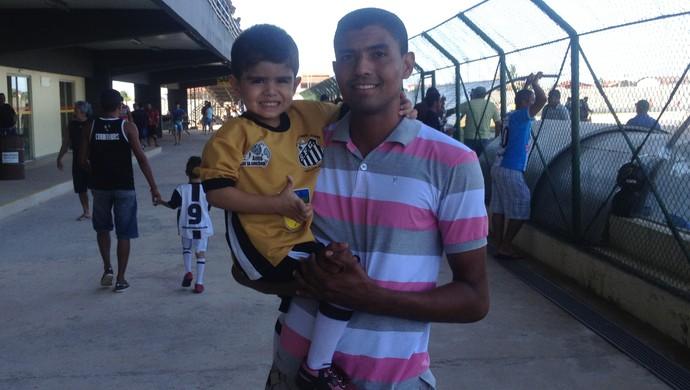Pais amapaenses levam seus filhos para conhecerem o uruguaio Acosta (Foto: Rafael Moreira/GE-AP)