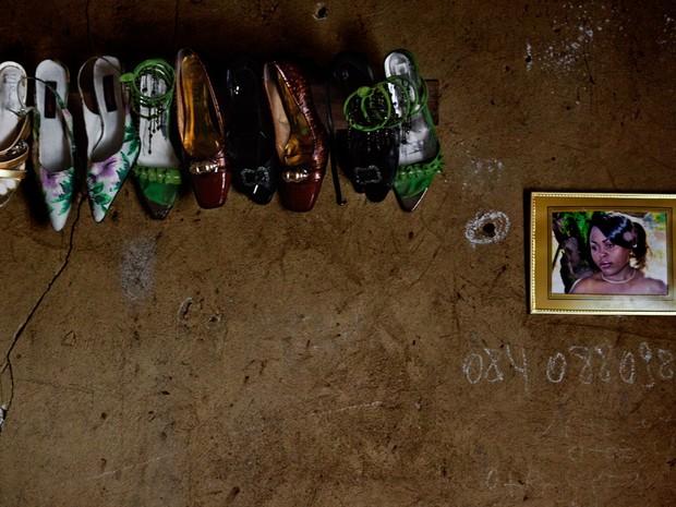 Detalhes no quarto da major Masika Ngheleza Queen, de 26 anos, em Kiwanja. Em 2012, rebeldes Mai Mai a espancaram devido à decisão de se unir ao M23. No porta-retrato, uma imagem de sua irmã, Denadine (Foto: Francesca Tosarelli)