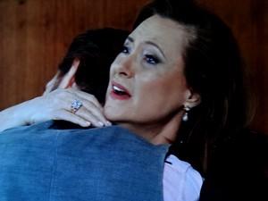Tina fica emocionada ao reencontrar filho legítimo!  (Foto: TV Globo)