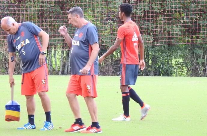Gabriel durante o treino do Flamengo no Ninho do Urubu (Foto: Fred  Gomes)