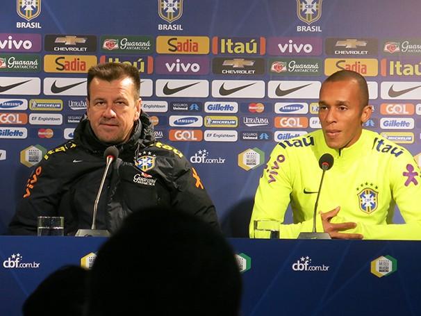 Dunga e Miranda se explicam após a derrota da seleção para o Chile (Foto: Edgard Sá / reprodução Globoesporte.com)