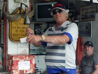 Eleitor votando no Corno do Ano, no Recife (Foto: Priscila Miranda / G1)