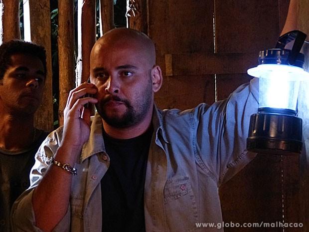 BANDIDO! O Alemão vai ligar pro Lorenzo e pedir uma grana pelo resgate da Lia... (Foto: Malhação / Tv Globo)
