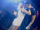 Léo Santana troca carinhos com a namorada, Lorena Improta, em show
