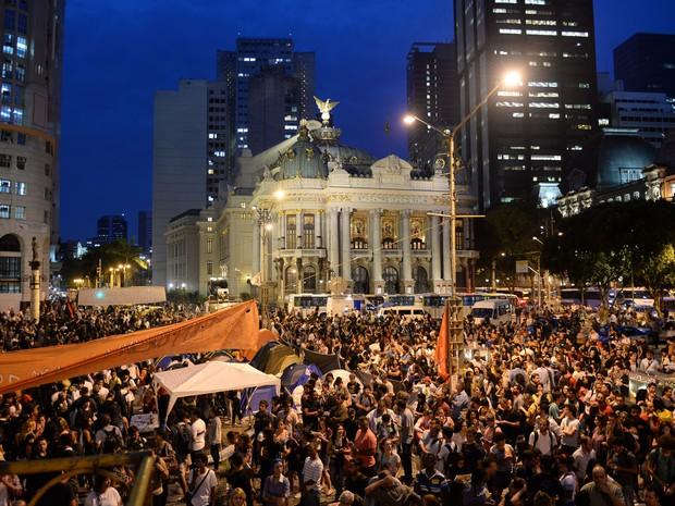 Grevistas se concentram na Cinlândia no começo da noite de segunda (30) (Foto: Vanderlei Almeida/AFP)