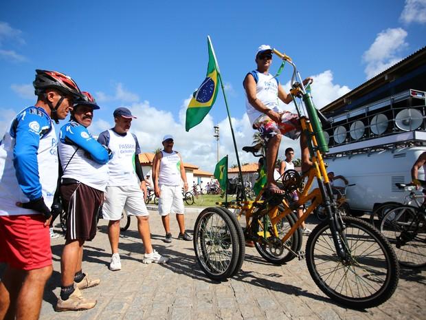 Triciclo gigante também chamou atenção no passeio. (Foto: Jonathan Lins/G1)