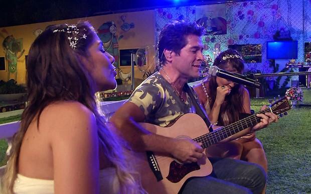 Sisters se emocionam ao ouvir, de pertinho, Daniel ao violão (Foto: BBB / TV Globo)