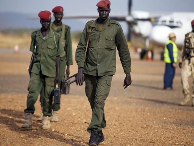 Integrantes do Exército de Libertação do Povo do Sudão chegaram ao aeroporto de Juba, na segunda-feira (28) (Foto: Albert Gonzalez Farran / AFP)