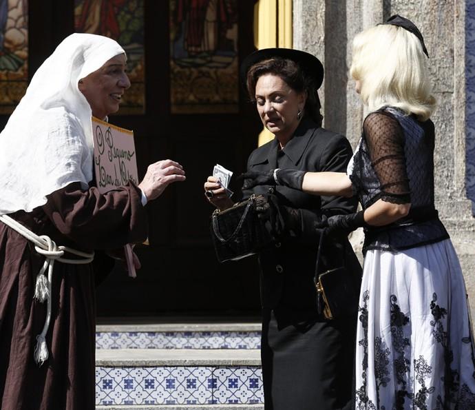 Sandra desconfia da freira (Foto: Inacio Moraes / Gshow)