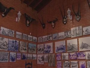 Paredes estão cobertas com lembranças das caças (Foto: Reprodução/TV TEM)
