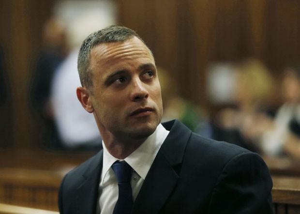 O atleta paralímpico Oscar Pistorius durante seu julgamento nesta terça-feira (6) em Pretória (Foto: Mike Hutchings/AP)