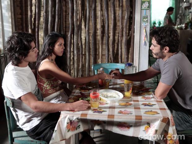 William entrega pingente para Fátima (Foto: Felipe Monteiro/TV Globo)