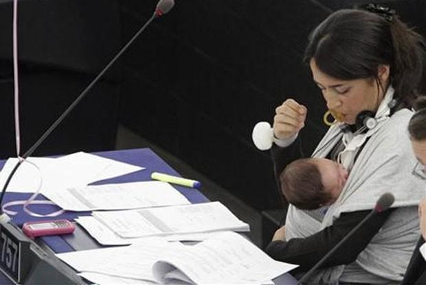 Licia Ronzulli amamenta a filha em reunião do Parlamento Europeu em outubro de 2010. (Foto: Jean-Marc Loos/Reuters)