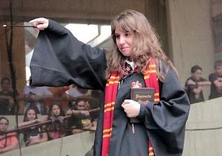 Júlia desfila com a fantasia de Hermione durante um encontro de anime (Foto: Arquivo pessoal/ Júlia Fioretti)