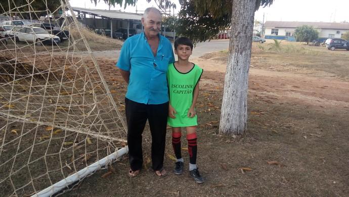 O aposentado Dirceu Soares de Oliveira, acompanha o neto Brian Henrique (Foto: Ana Cláudia Ferreira/GE)