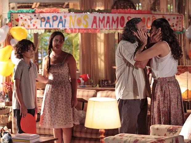 Falta um! Hélio não participa da festinha para Donato (Foto: Flor do Caribe / TV Globo)
