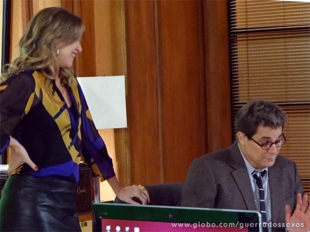 Vânia saca logo qual é a de Felipe (Foto: Guerra dos Sexos / TV Globo)