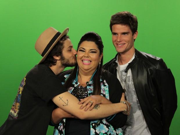 Chay Suede agarra Fabiana Karla em gravação do 'Altas Horas' (Foto: Marcos Mazini/Gshow)