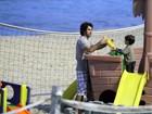 Eriberto Leão brinca com o filho na orla do Rio