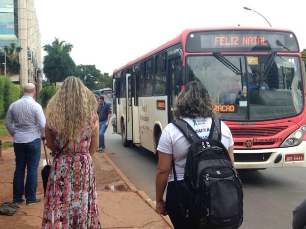 Parada de ônibus na W3 Norte, sentido Sul (Foto: Marianna Holanda/G1)