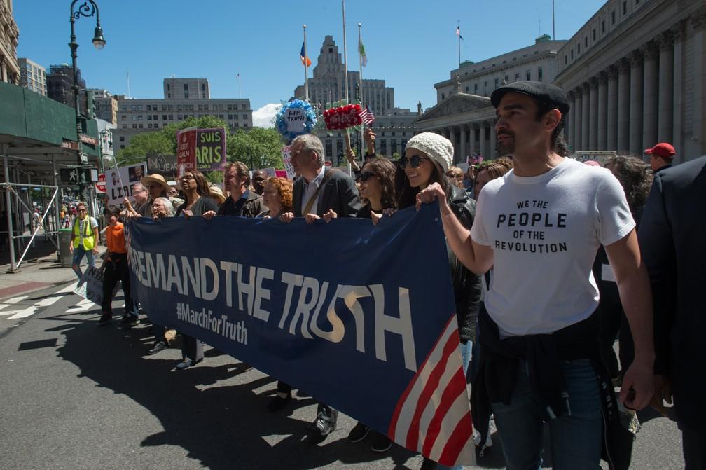 Manifestantes pedem investigação contra Trump em Nova York, neste sábado (03) (Foto: Bryan R. Smith/AFP)