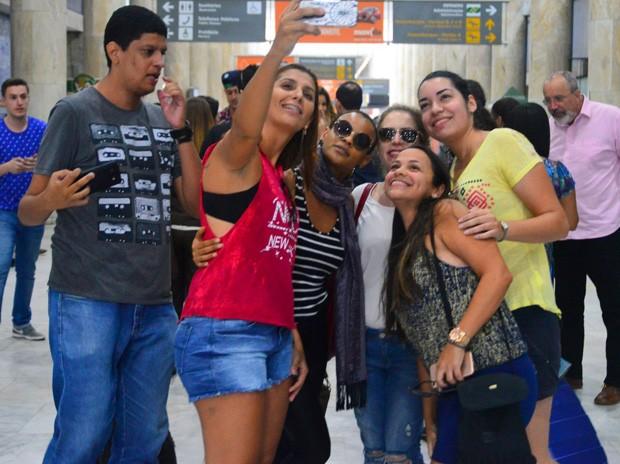 Aline Wirley e Lu Andrade posam com fãs (Foto: William Oda/AgNews)