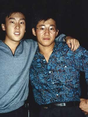 Pae Jun-ho ou Kenneth Bae (à direita) e o amigo Bobby Lee, em foto de 1988, quando ambos eram calouros na Universidade de Oregon, nos EUA. (Foto: Arquivo pessoal / Bobby Lee / Via AP Photo)