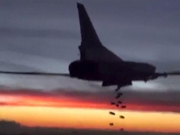 Um frame capturado de um vídeo divulgado pelo Ministério da Defesa da Rússia mostra um avião Tupolev TU-22 durante um ataque aéreo em um local desconhecido na Síria (Foto:  Ministério da Defesa da Federação Russa/Divulgação/via Reuters)