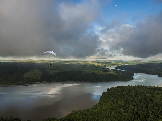 Piloto está fazendo um rastreamento do Rio Paranapanema (Foto: Divulgação/ Leandro Saadi )