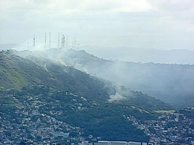 Incêndio atingiu área entre o Morro do Romão e Fradinhos, em Vitória. (Foto: Reprodução/ TV Gazeta)