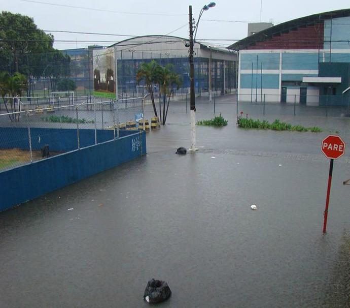 Área onde fica localizado o Ginásio do Tartarugão, em Vila Velha, sofre alagamentos com as fortes chuvas dos últimos dias (Foto: Bierres Zumak/VC no G1)