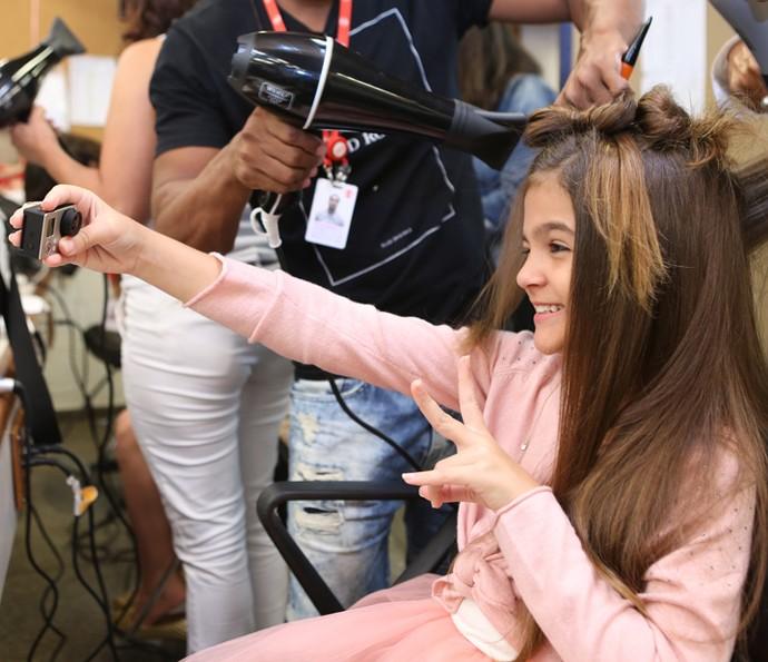 Mel Maia faz vídeo selfie nos bastidores das últimas gravações (Foto: Carol Caminha/Gshow)