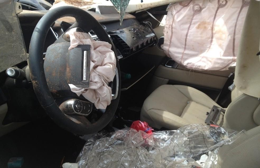 Motorista e empresário que viajavam nos bancos da frente sobreviveram (Foto: Táliton Andrade/G1)