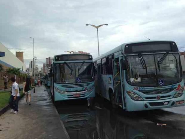 ônibus param na rua júlio abreu (Foto: Gisleine Carneiro/TV Verdes Mares)